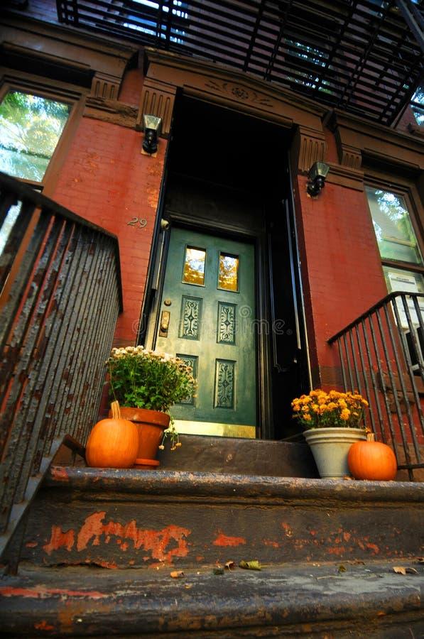 De Pompoenen van Halloween door deuropening royalty-vrije stock afbeeldingen