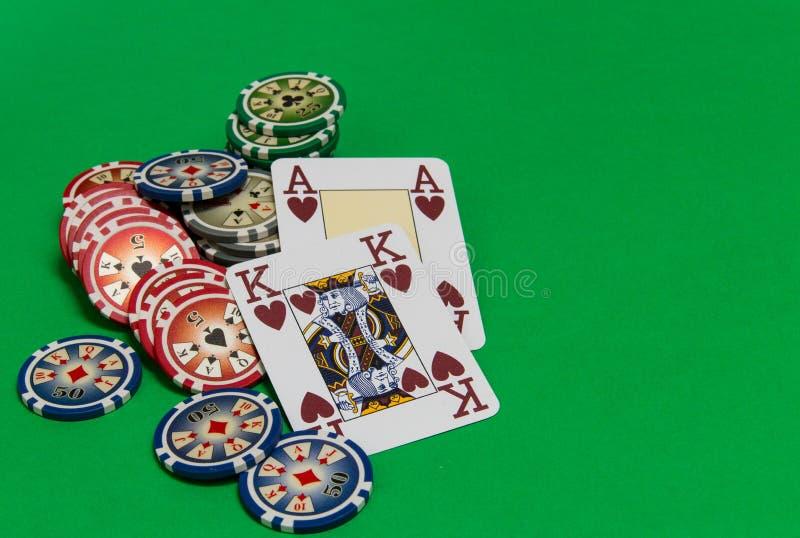 De pook breekt stapel en speelkaarten op groene lijst af royalty-vrije stock afbeeldingen