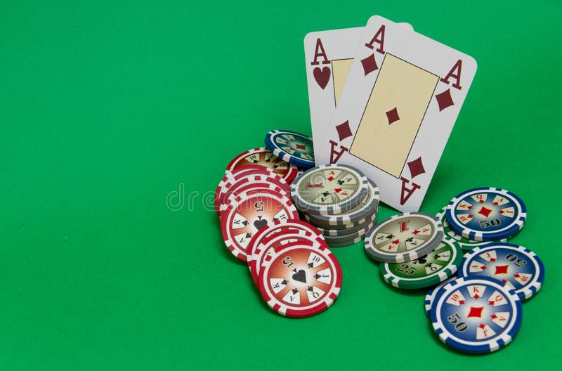 De pook breekt stapel en speelkaarten op groene lijst af stock foto's