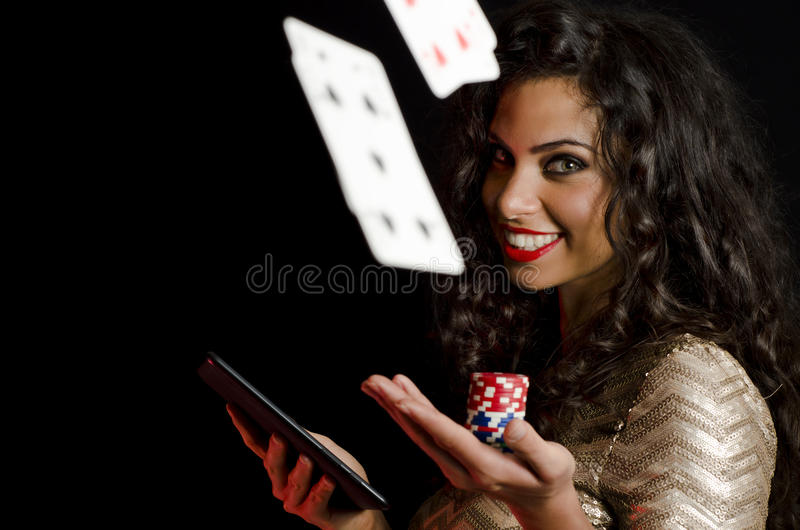 De pookspaanders van de meisjesholding en tablet, zwarte achtergrond royalty-vrije stock afbeelding