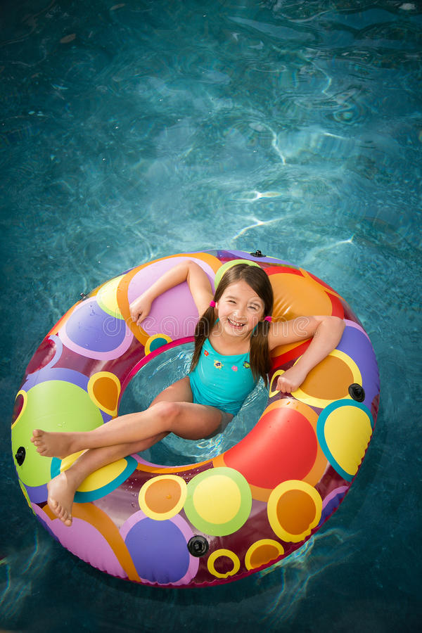 De pool die van het kindmeisje zwemt lachen royalty-vrije stock foto