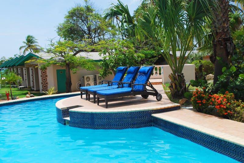 De Pool en het hotel van de Toevlucht van de luxe tuinieren in Aruba. stock foto