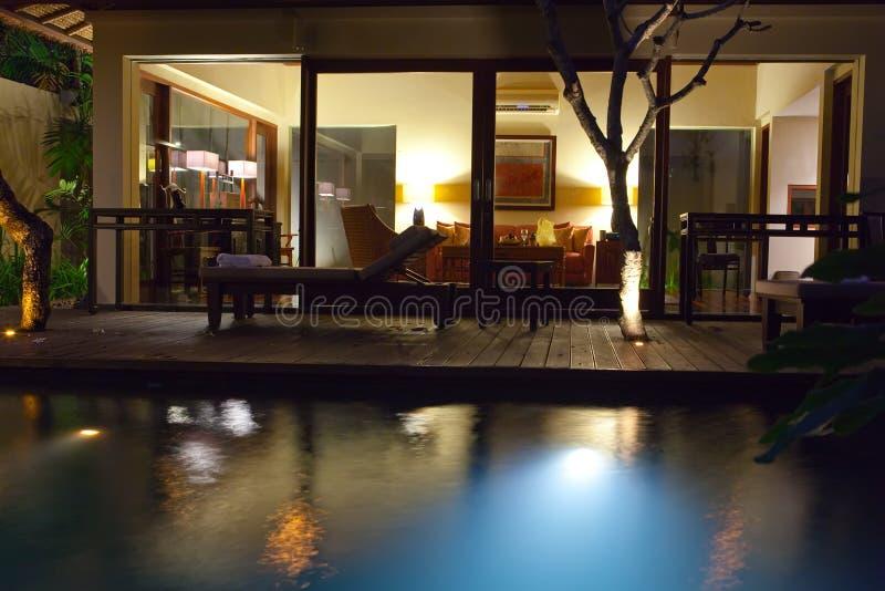 De pool en het terras van de nacht voor rust erachter stock foto