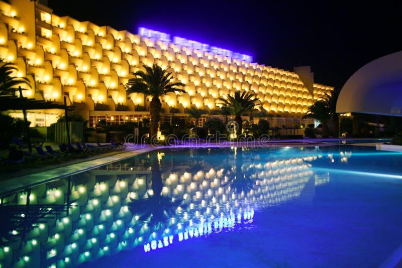 De Pool van de nacht in het luxehotel stock fotografie