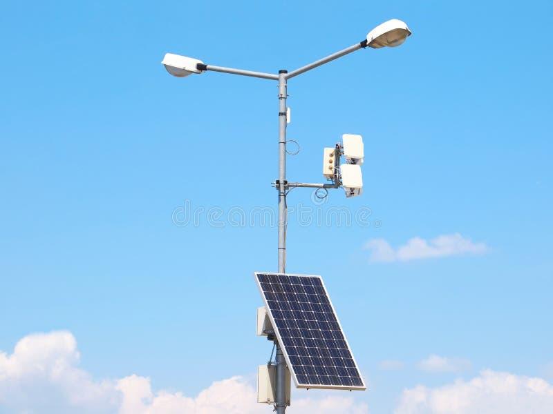 De pool van de straatverlichting met photovoltaic paneel stock foto's