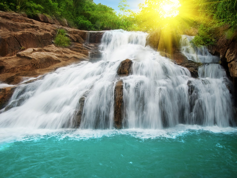 De pool van de waterval stock foto's