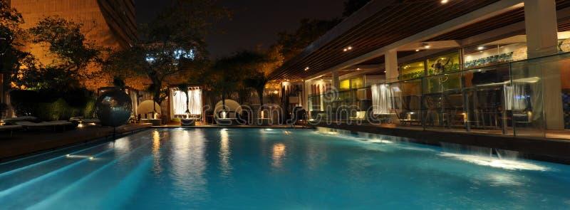 De Pool van het hotel bij Nacht stock afbeelding