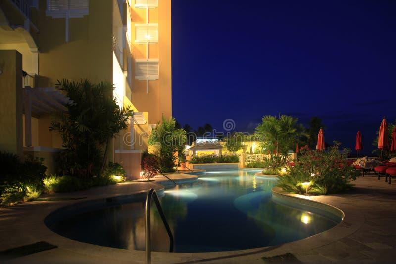De pool van het nachthotel stock fotografie