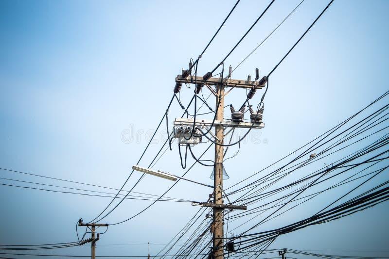 De pool van de machtselektriciteit en elektrische draad met duidelijke blauwe hemel royalty-vrije stock foto's