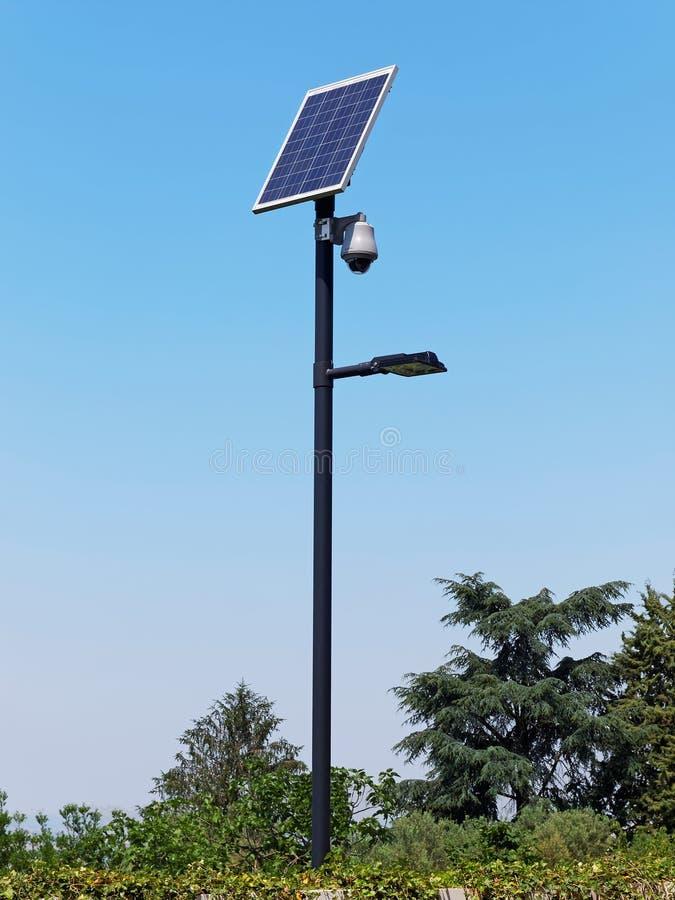 De pool van de straatverlichting met photovoltaic paneel en toezichtcamera stock foto's