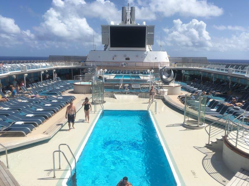 De Pooldek van het cruiseschip stock afbeeldingen