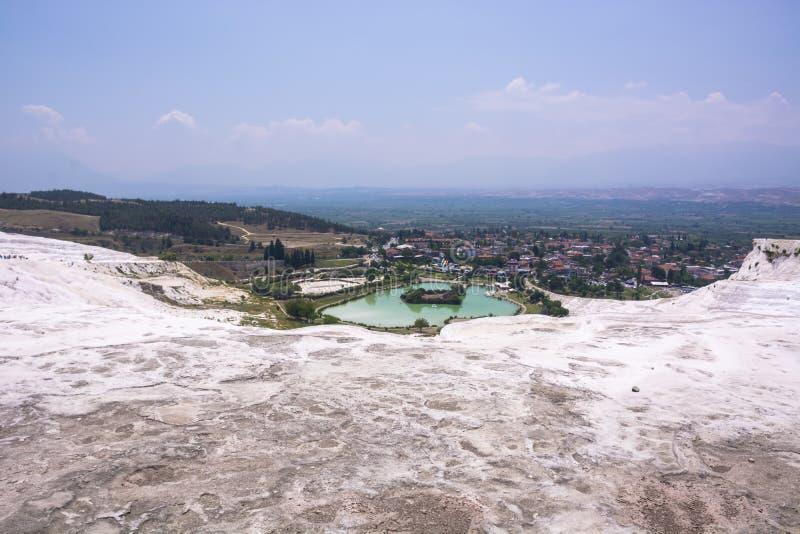 De pools en de terrassen van de Pamukkaletravertijn carbonateren mineraal bij oude Hierapolis-panoramamening, Turkije royalty-vrije stock afbeelding