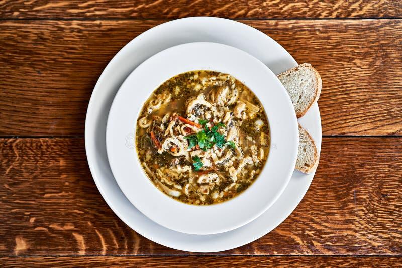 De Poolse soep van de rundvleespens die op houten lijst wordt gediend royalty-vrije stock afbeelding
