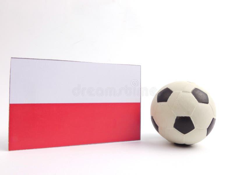 De Poolse vlag met voetbalbal isloated op wit royalty-vrije stock afbeeldingen