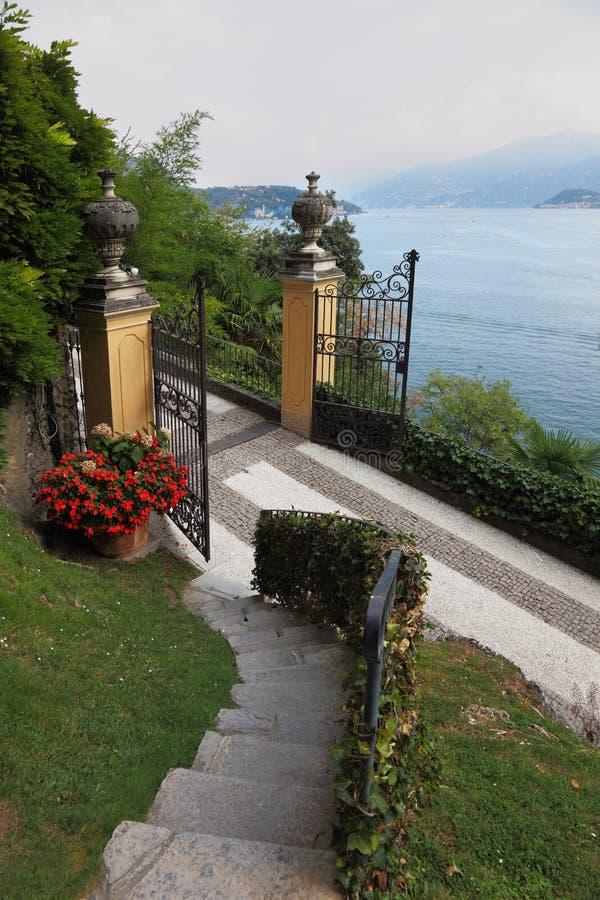 De poort aan de villa royalty-vrije stock fotografie