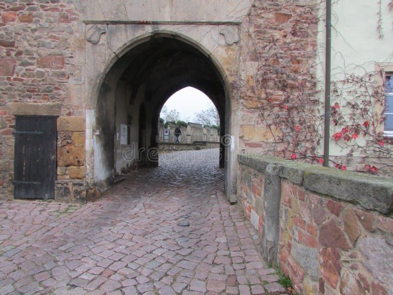 De poort aan het koninklijke kasteel in Metselaar stock fotografie