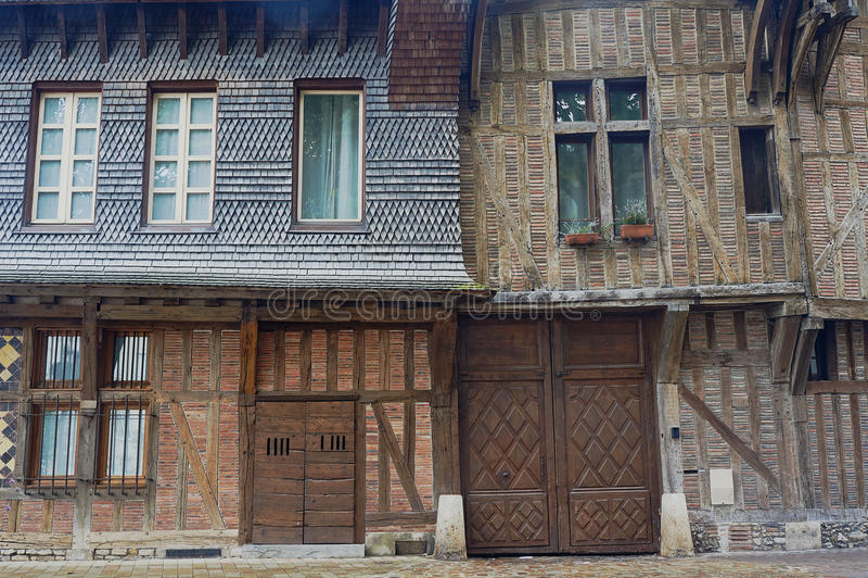 De poort, de deuren en de vensters in middeleeuwse huizen royalty-vrije stock afbeeldingen