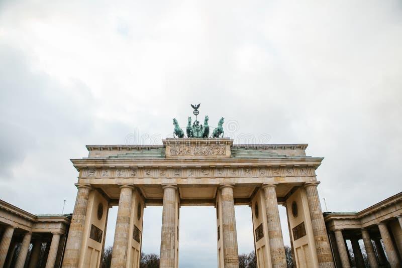 De poort van Brandenburg in Berlijn, Duitsland of Bondsrepubliek Duitsland Architecturaal monument in historisch centrum van Berl royalty-vrije stock foto