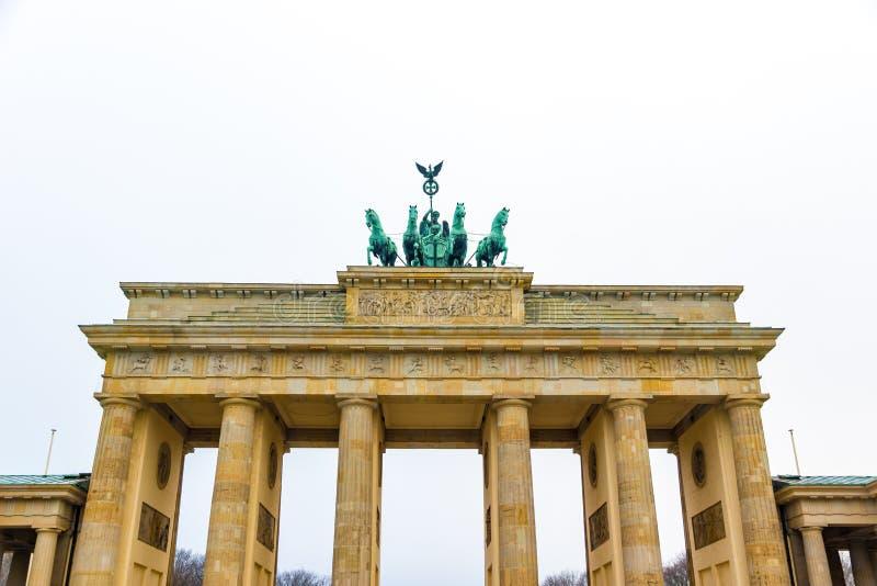 De Poort van Brandenburg in Berlijn, Duitsland, in de winter stock fotografie