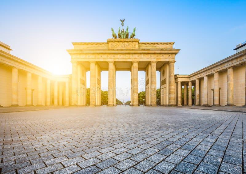 De Poort van Brandenburg bij zonsopgang, Berlijn, Duitsland stock foto's