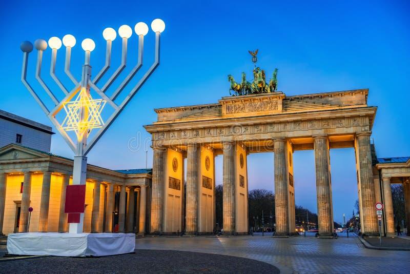 De poort van Brandenburg en hanukkah menorah royalty-vrije stock foto's