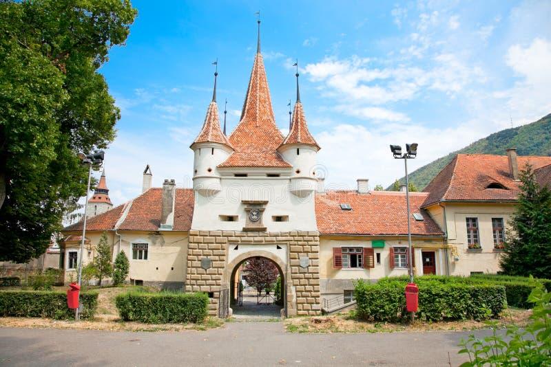 De poort van Catherine in oude stad Brasov, Roemenië stock foto's