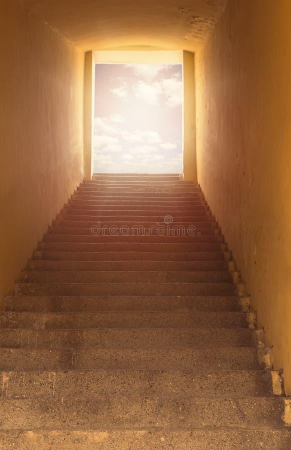 De Poort van de hemel Trap die tot open deur en hemel leiden royalty-vrije stock foto