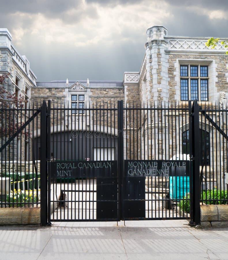 De poort van de ingang aan de Koninklijke Canadese Munt stock foto