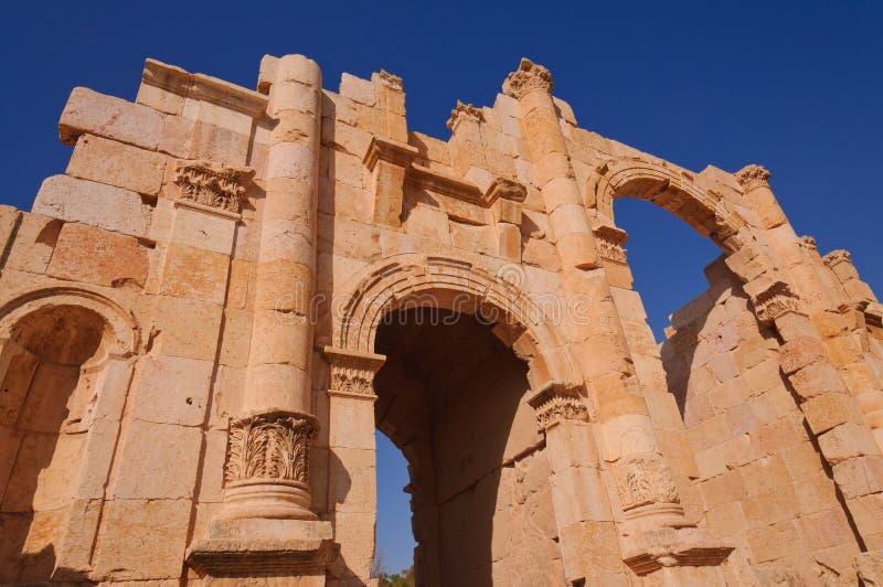 De poort van de ingang aan oude stad van Jerash stock foto