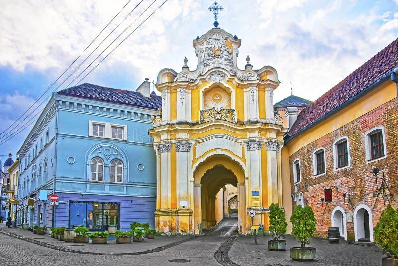 De poort van het Basilianklooster in de Oude Stad van Vilnius in Litouwen stock foto
