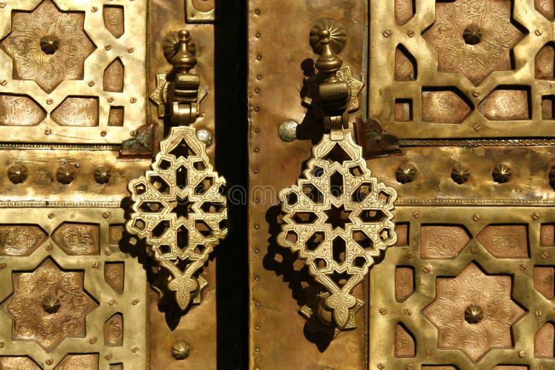 De poort van het messing met kloppers. Marrakech, Marokko stock afbeelding