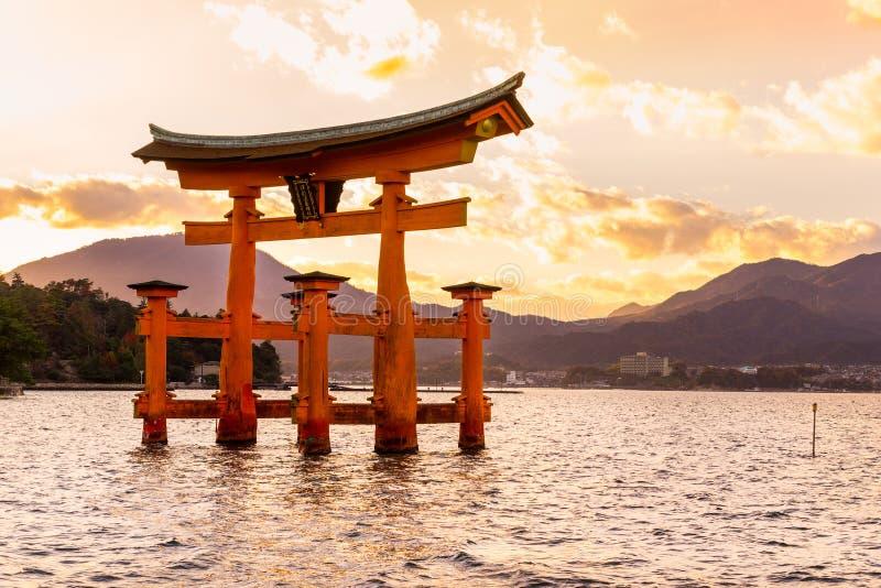 De poort van Miyajimatorii, Japan stock afbeeldingen