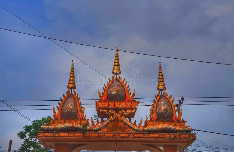 De poort van de tempelingang in Laos stock foto's