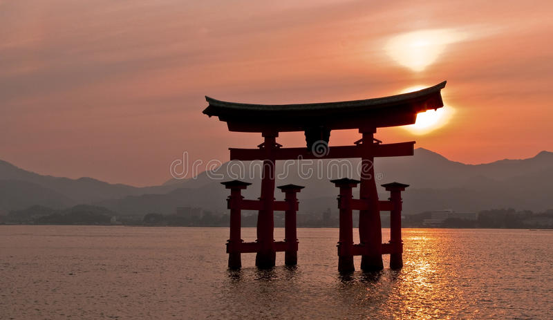 De poort van Torii, Miyajima, Japan stock foto