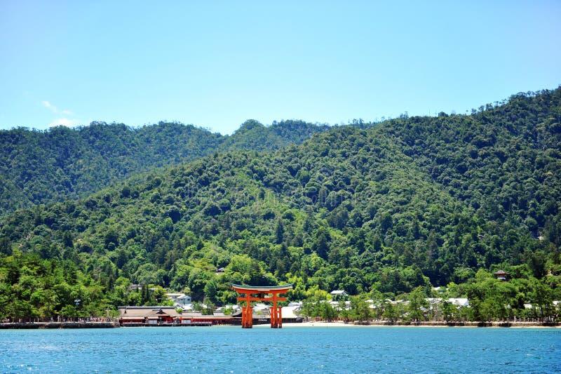 De poort van Torii van Heiligdom Itsukushima in Miyajima stock foto