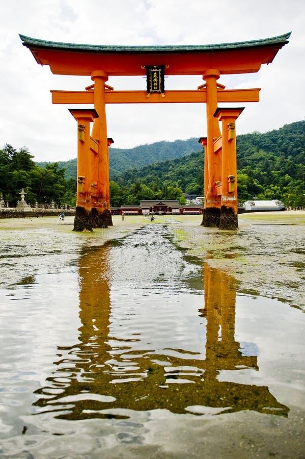 De poort van Torii van Heiligdom Itsukushima in Miyajima stock foto's