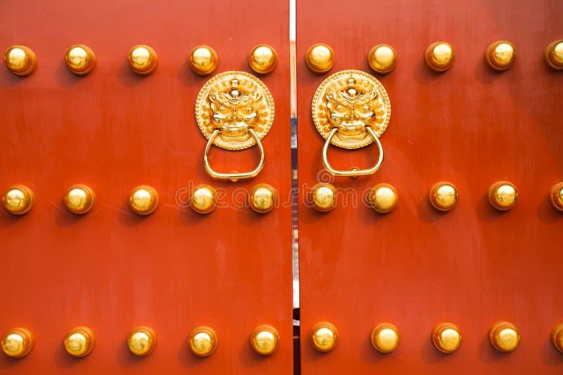 De poorten van de Verboden Stad, de rode deur, de gouden deurspijkers, het gouden bedekken, het teken van de Verboden Stad royalty-vrije stock afbeelding