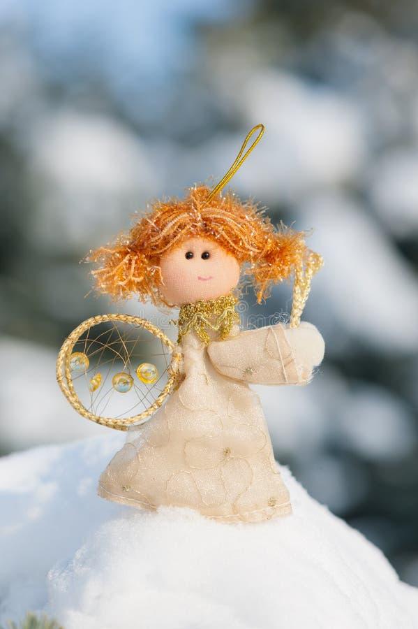 De pop van de engel op sneeuwbank royalty-vrije stock afbeelding