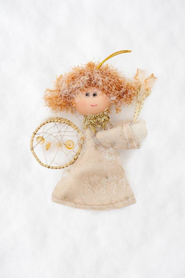 De pop van de engel van stof op sneeuw wordt gemaakt die royalty-vrije stock fotografie