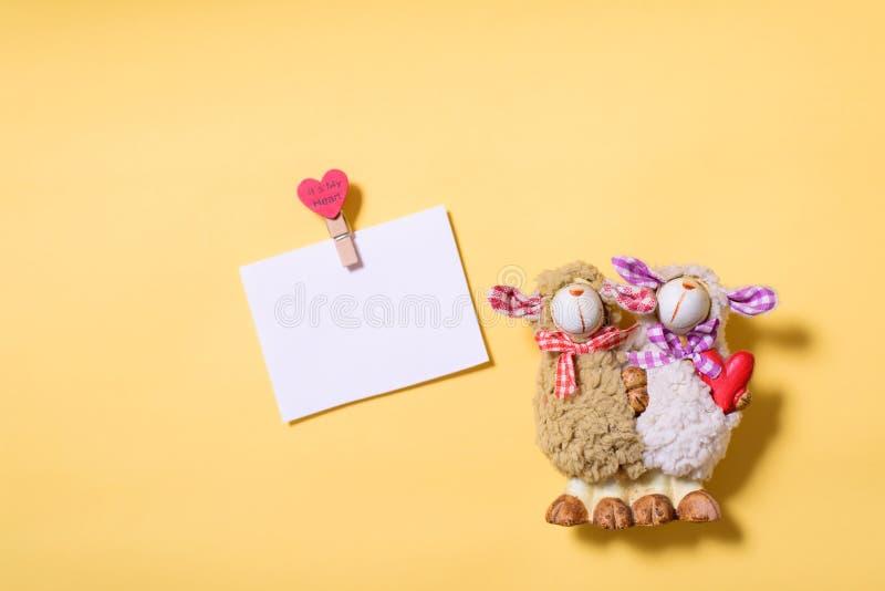 De pop van paarschapen en lege witte kaart royalty-vrije stock afbeeldingen