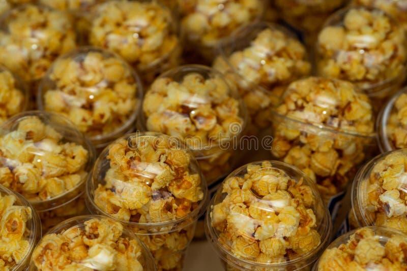 De popcorn in een plastic kop wordt prachtig geplaatst Ongezond voedsel of snackconcept Smakelijke zoute popcorn Koolhydratenvoed royalty-vrije stock afbeeldingen
