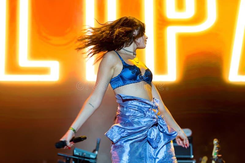 De de popmuziekband van Dualipa presteert in overleg bij FIB Festival stock foto's