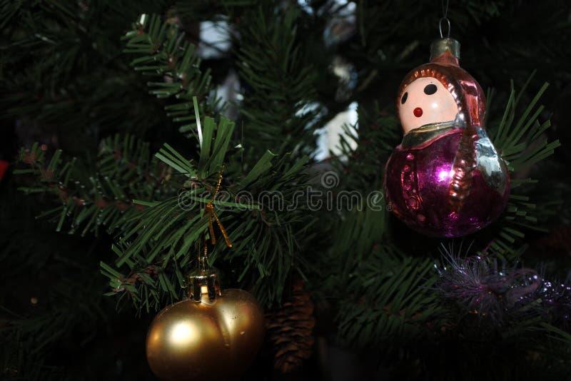 De poppen van Matryoshka uitstekend Kerstmisspeelgoed op de nieuwe achtergrond van de jaarboom stock fotografie