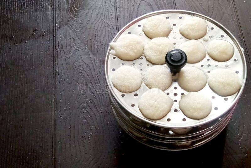 De populaire schotel van het Zuiden Indische ontbijt het koken nutteloos in een traditionele pot in de Keuken van Kerala India royalty-vrije stock afbeeldingen
