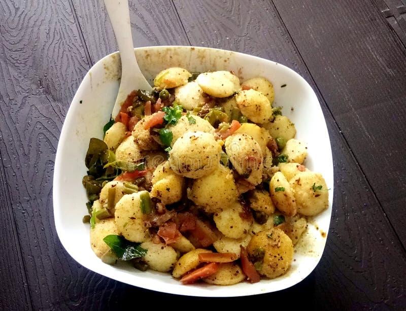 De populaire schotel van het Zuiden Indische ontbijt het koken nutteloos in een traditionele pot in de Keuken van Kerala India royalty-vrije stock fotografie