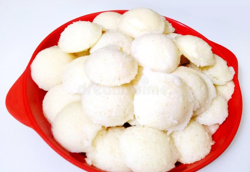 De populaire schotel van het Zuiden Indische ontbijt het koken nutteloos in een traditionele pot in de Keuken van Kerala India stock fotografie