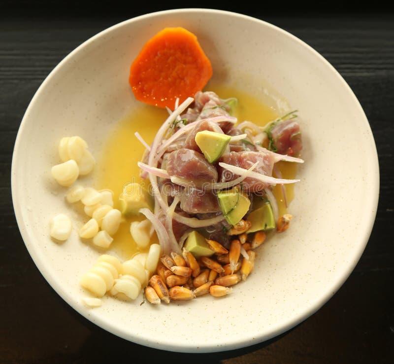 De populaire schotel van tonijnvissen ceviche in Peruviaans restaurant stock afbeeldingen