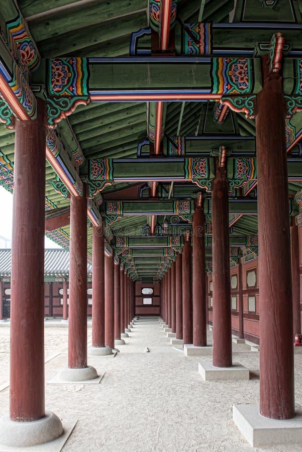 De portiek tussen de pijlers bij Gyeonbokgung-Paleis, Seoel, Zuid-Korea royalty-vrije stock afbeelding