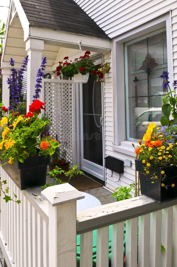 De portiek van het huis met bloemdozen royalty-vrije stock foto
