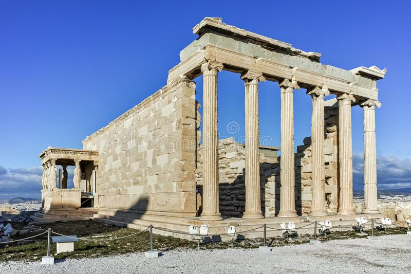 De Portiek van de Kariatiden in Erechtheion een oude Griekse tempel aan de het noordenkant van de Akropolis van Athene stock foto